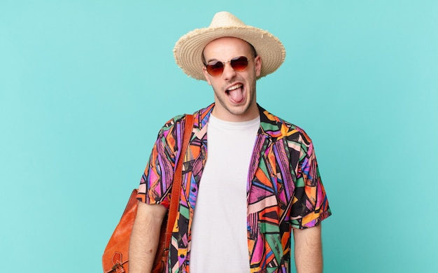 Toeristenman met vrolijke, zorgeloze, rebelse houding, grappen maken en tong uitsteken, lol maken