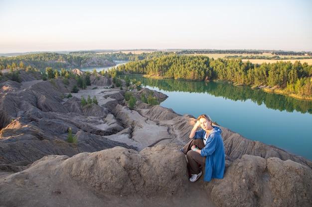 Toeristenmeisje in konduki-steengroevenlandschappen