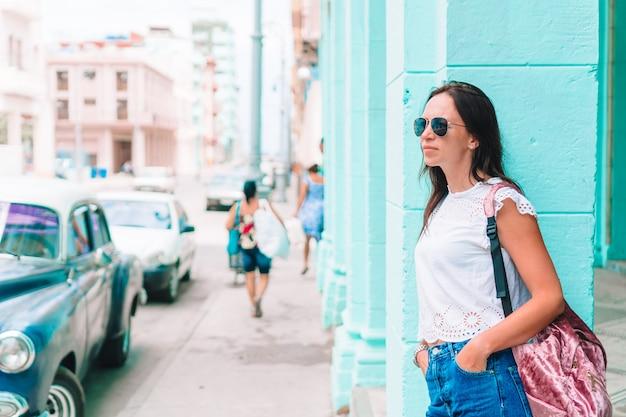 Toeristenmeisje in populair gebied in havana, cuba mening van jonge vrouwenreiziger