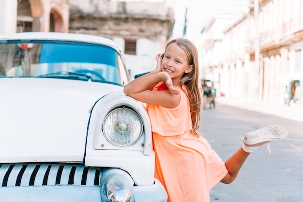 Toeristenmeisje op populair gebied in havana, cuba. jonge jong geitjereiziger het glimlachen
