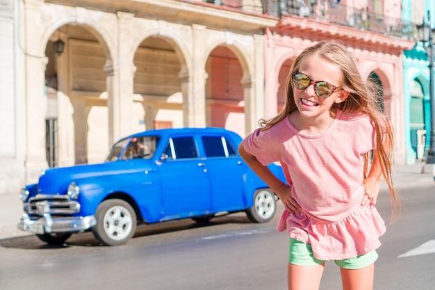 Toeristenmeisje op populair gebied in havana, cuba. jonge kind reiziger glimlachen