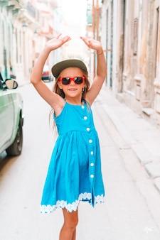 Toeristenmeisje op populair gebied in havana, cuba.