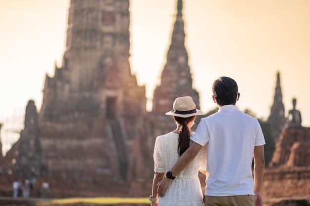 Toeristenpaar dat de tempel wat chaiwatthanaram bezoekt