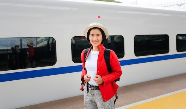 Toeristenpassagiers die met de hogesnelheidstrein van china reizen, zijn snel en gemakkelijk dankzij de hogesnelheidstrein