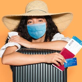 Toeristenreizen in masker op luchthaven