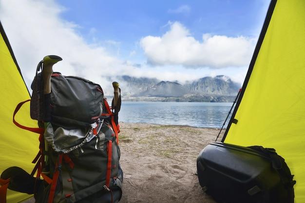 Toeristenrugzak in de tent met uitzicht op het meer van segara anak