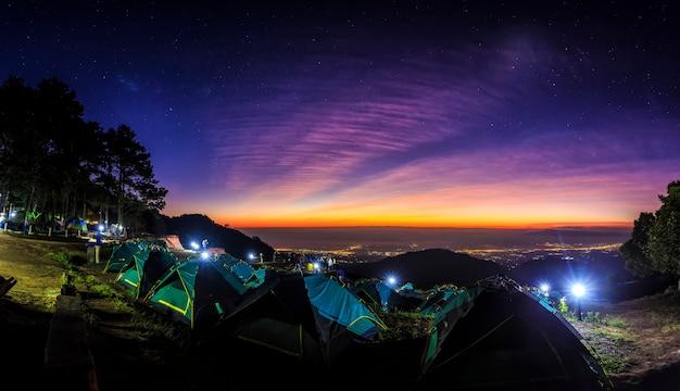 Toeristentent bij het landschap van zonsopgang.