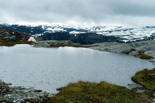 Toeristentent op de top van de berg