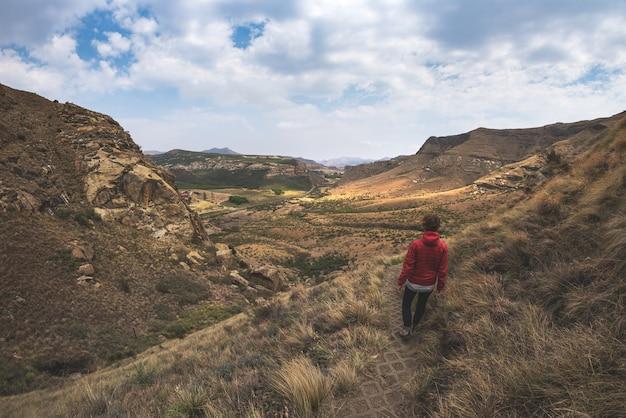 Toeristentrekking op duidelijke sleep in het nationale park van golden gatehooglanden, zuid-afrika.