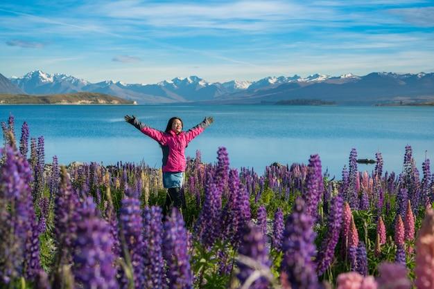 Toeristenvrouw bij meer tekapo, nieuw zeeland