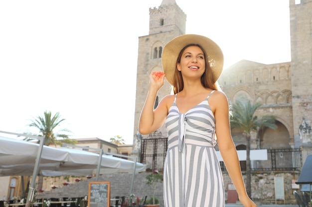 Toeristenvrouw die de oude stad van cefalu in sicilië, italië bezoeken
