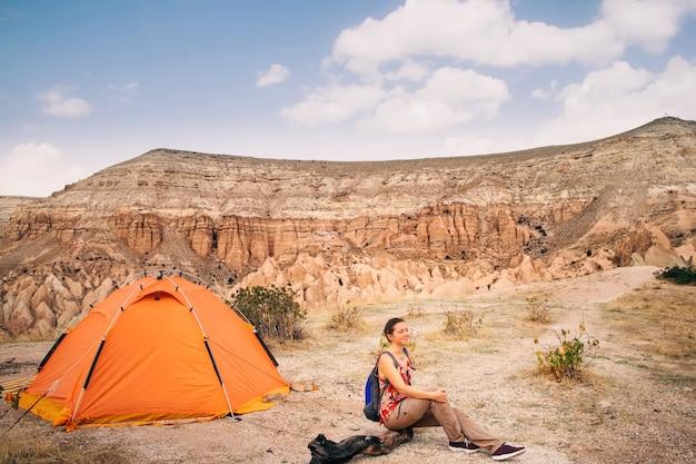 Toeristenvrouw die met tent in cappadocia wandelen
