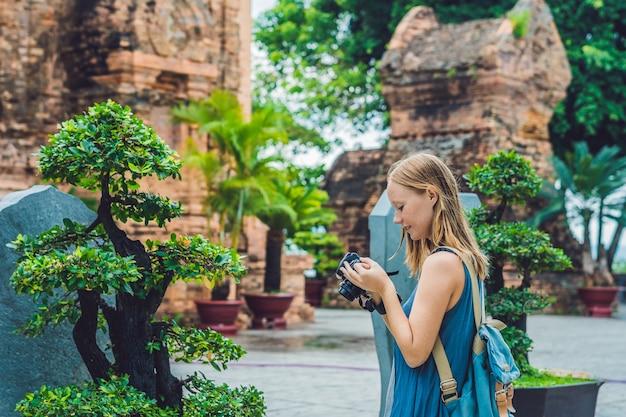 Toeristenvrouw fotografeert de torens van po nagar cham in vietnam