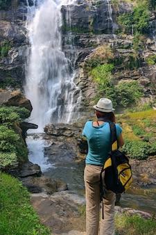 Toeristenvrouw neemt foto van wachirathan-waterval in thailand