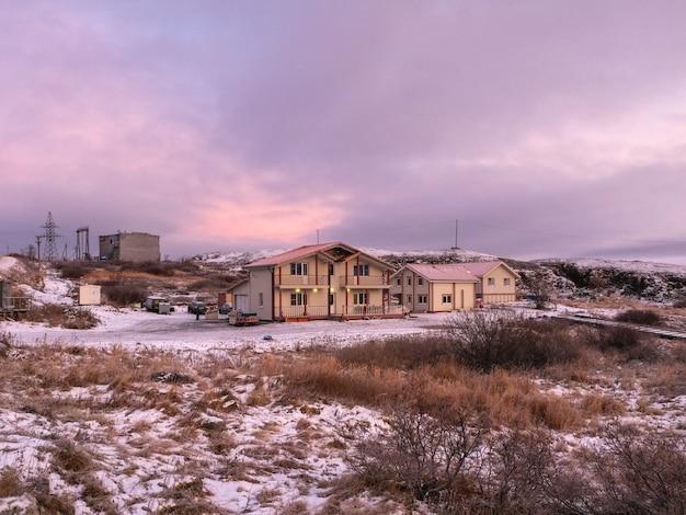 Toeristisch complex, pensions aan de kust van de barentszzee. teriberka. rusland.