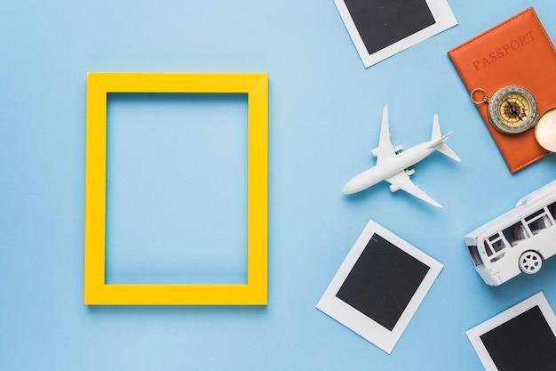 Toeristisch concept met vliegtuig en bus