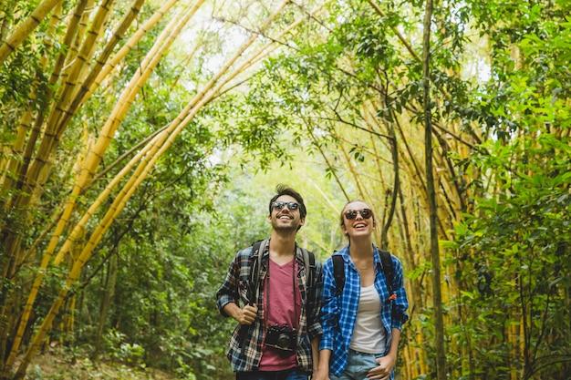 Toeristisch paar met plezier in het bos