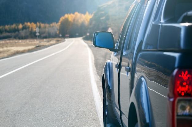Toeristische auto op de snelweg