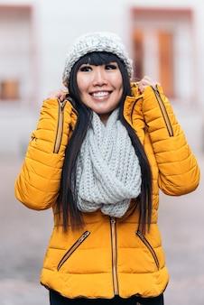 Toeristische aziatische vrouw in europese straat. toerismeconcept.