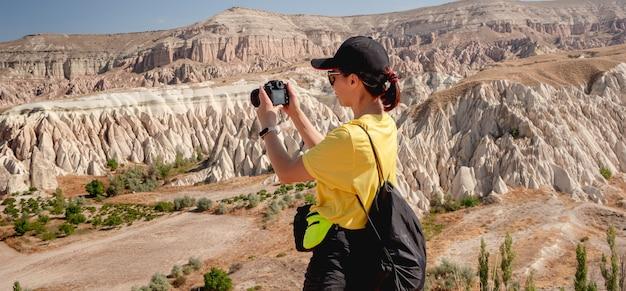 Toeristische fotograferen ongebruikelijk panoramisch landschap met bergen in cappadocië, turkije