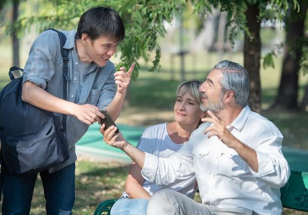 Toeristische jonge man met slimme mobiele telefoon in zijn handen vraagt om een routebeschrijving