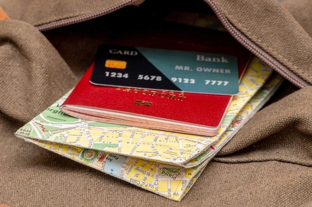 Toeristische kaart, kaart, paspoort in de zak van de reisrugzak