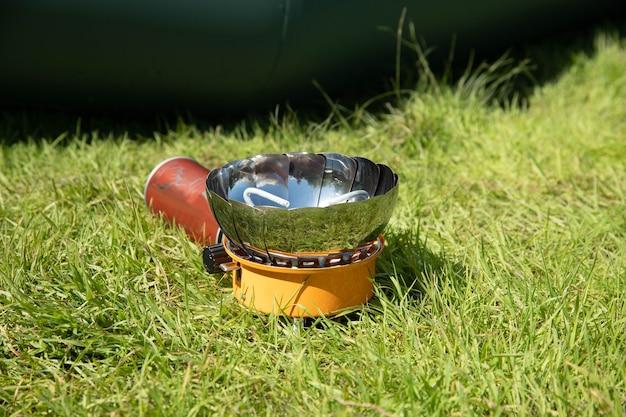 Toeristische ketel op een gasbrander. koken in veldomstandigheden. met behulp van een toeristische gasbrander