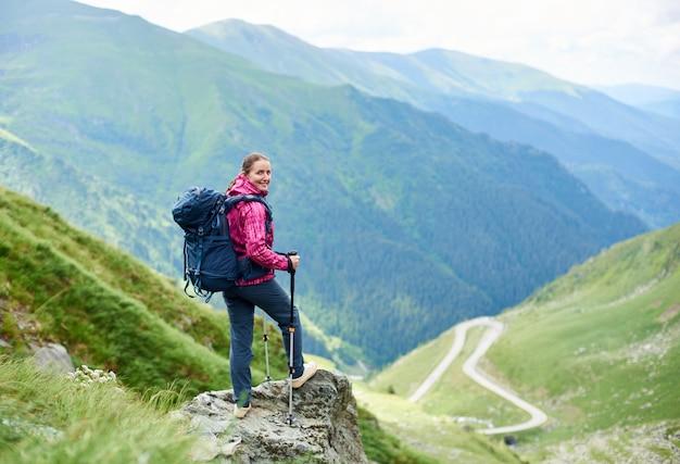 Toeristische klimmen een rots