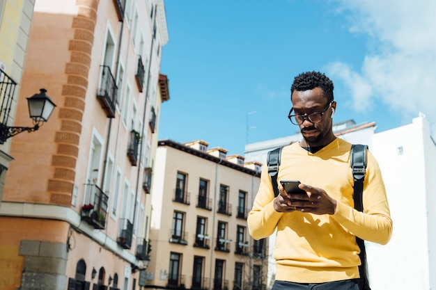 Toeristische man met smartphone in de stad madrid