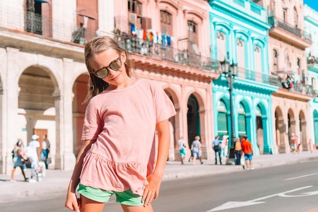 Toeristische meisjes in populair gebied in havana, cuba. het jonge vrouwenreiziger glimlachen