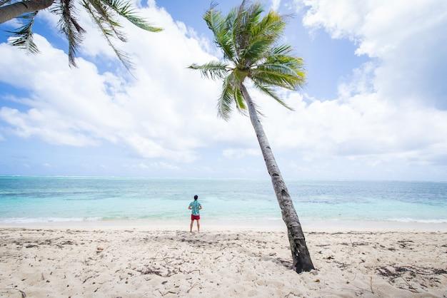 Toeristische op een tropisch strand in de filippijnen