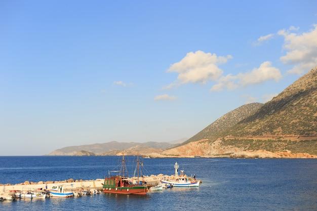Toeristische piratenschepen in de haven van bali, griekenland
