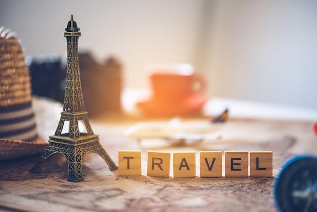 Toeristische planning en uitrusting die nodig zijn voor de reis en het woord 'reizen'