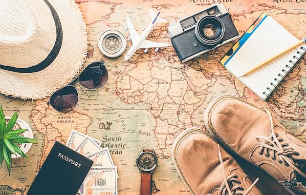 Toeristische planning en uitrusting die nodig zijn voor de reis op de kaart