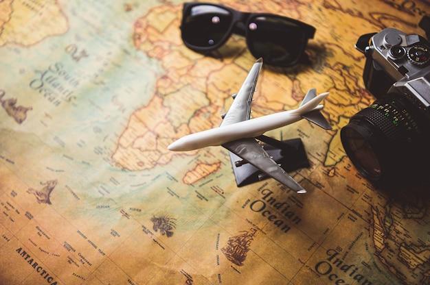 Toeristische planning rekwisieten en reisaccessoires met vliegtuig