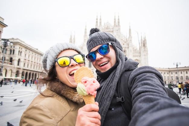Toeristische selfie foto maken voor de beroemde duomo kathedraal in milaan.