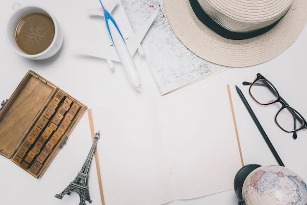 Toeristische spullen rond een notebook