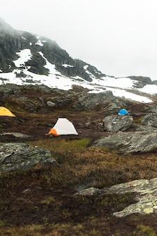 Toeristische tenten op de top van de berg