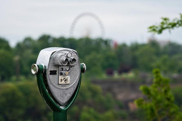 Toeristische verrekijker aan de amerikaanse kant van niagara falls