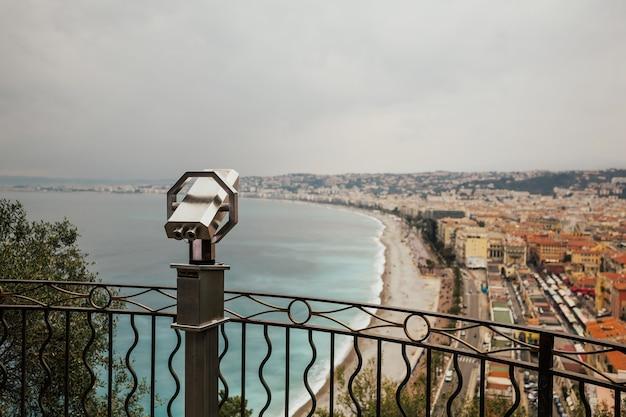 Toeristische verrekijker met panoramisch uitzicht over de oude stad van nice