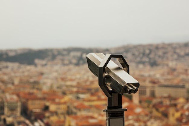 Toeristische verrekijker met panoramisch uitzicht over nice