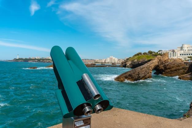 Toeristische verrekijker naast plage du port vieux in biarritz, vakantie in het zuidoosten van frankrijk