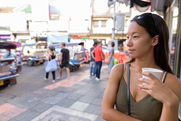 Toeristische vrouw verkennen van de stad bangkok op khao san road