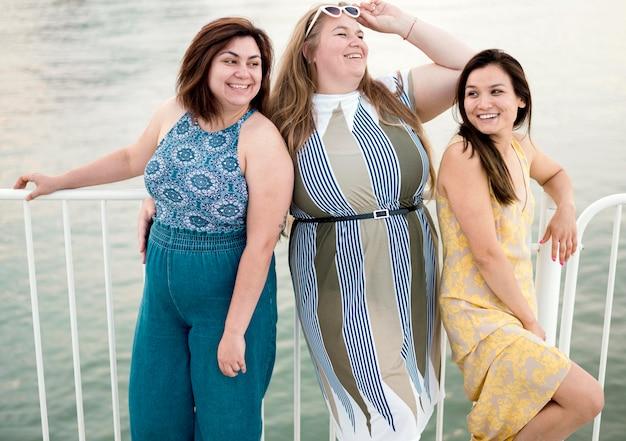 Toeristische vrouwen in casual kleding