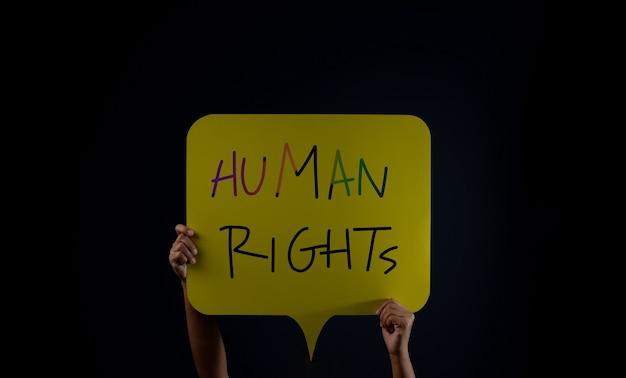 Toespraak tot vrijheidsprotest menigte of expressieconcept persoon hief een mensenrechtentekst op