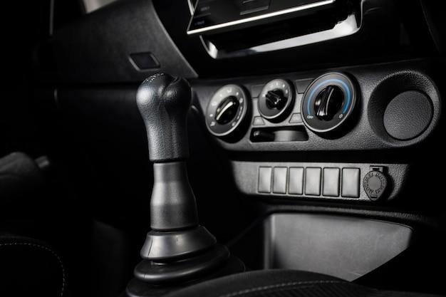 Toestelstok van handmatige transmissie van auto en airconditionerpaneel, automobieldeelconcept.