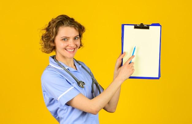 Toestemming voor verwerking van persoonsgegevens. medische verzekering. protocollair schrijven. direct naar rechts zorginstelling. teken hier. vrouw arts die behandeling voorschrijft. privé kliniek ziekenhuis. medisch werker.