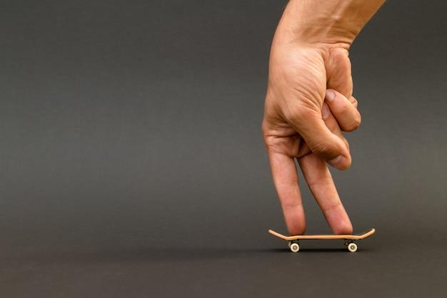 Toets. een klein skateboard voor kinderen en tieners om met de handvingers te spelen Premium Foto
