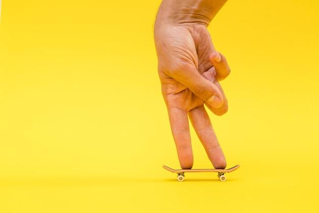 Toets. een klein skateboard voor kinderen en tieners om met handvingers te spelen.