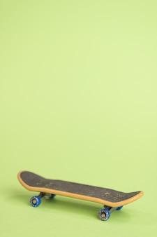 Toets op een groene tafel in het midden